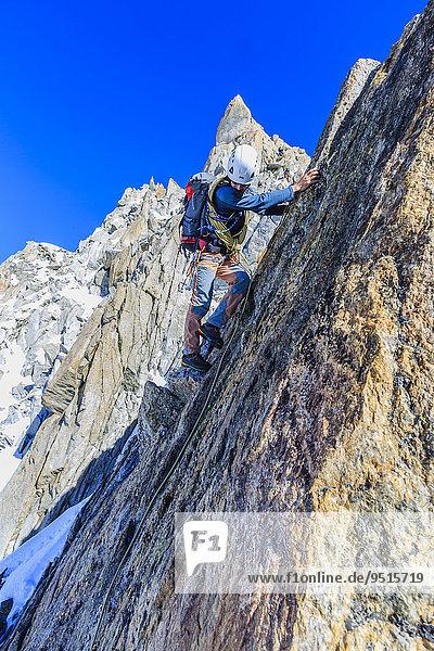 Bergsteiger beim Aufstieg zum Südgipfel der Aiguille du Tour  Mont-Blanc-Massiv  Alpen  Wallis  Schweiz  Europa