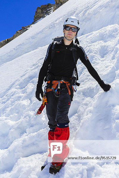 Bergsteiger im Schnee  unterhalb des Col Blanc  Mont-Blanc-Massiv  Alpen  Wallis  Schweiz  Europa