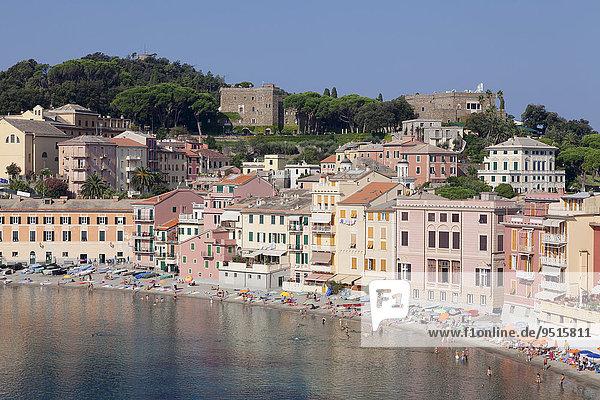 Stadtstrand in der Bucht Baia del Silenzio  hinten Grand Hotel dei Castelli  Sestri Levante  Provinz Genua  Riveria di Levante  Ligurien  Italien  Europa