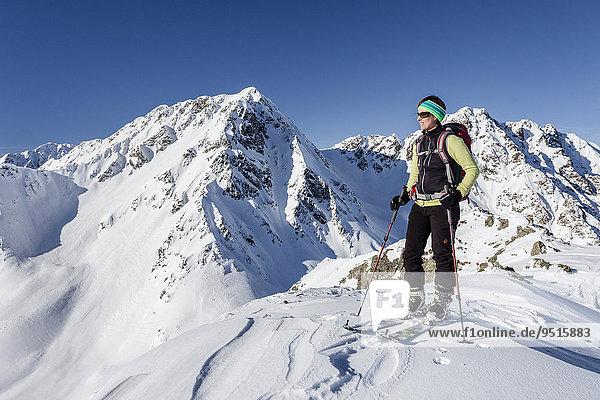 Skitourengeher auf dem Gipfel der Seespitz am Deutschnonsberg  hinten die Illmenspitz  Proveis  Ultental  Meran und Umgebung  Meranerland  Südtirol  Trentino-Südtirol  Italien  Europa