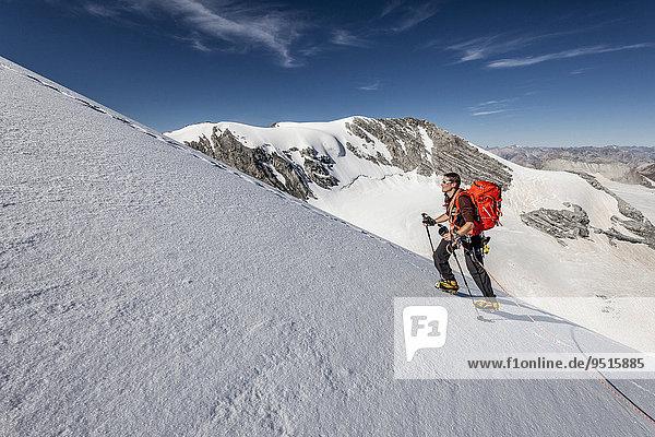 Bergsteiger beim Aufstieg über den Gipfelgrat auf die Tuckettspitze am Stilfser Joch  hier am Madatschferner  hinten die Geisterspitze  Trafoiertal  Ortlergruppe  Ortlergebiet  Nationalpark Stilfser Joch  Südtirol  Stelvio  Trentino-Alto Adige  Italien  Europa