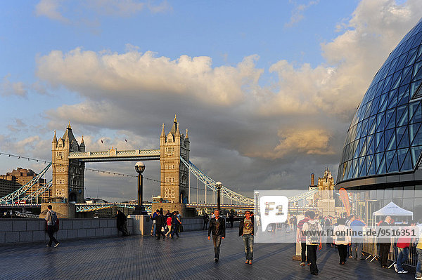 Brücke Tower Bridge und Rathaus  Southbank  London  England  Großbritannien  Europa