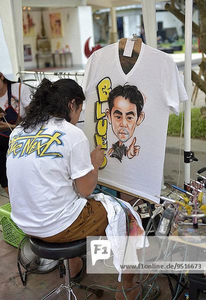 Frau airbrusht ein Portrait auf ein T-Shirt  Hua Hin  Thailand  Asien