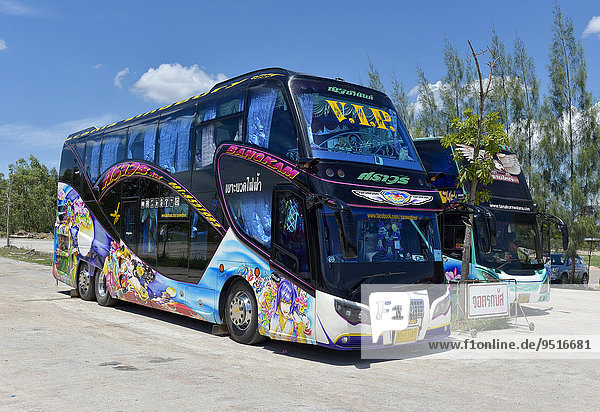 Doppelstöckige Reisebusse auf einem Parkplatz  Hua Hin  Thailand  Asien