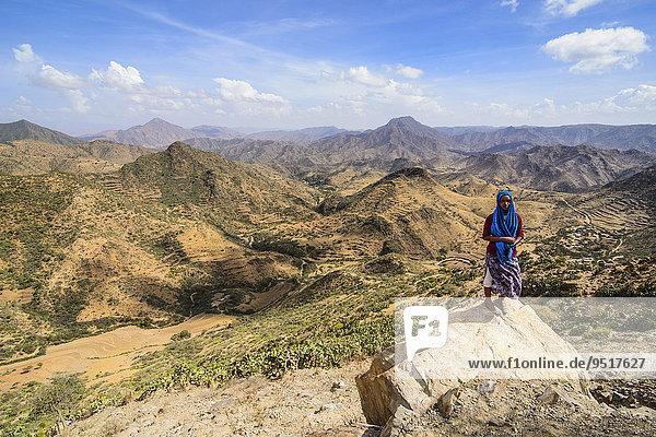 Einheimische Frau vor Berglandschaft  Region Semienawi Kayih Bahri  Eritrea  Afrika