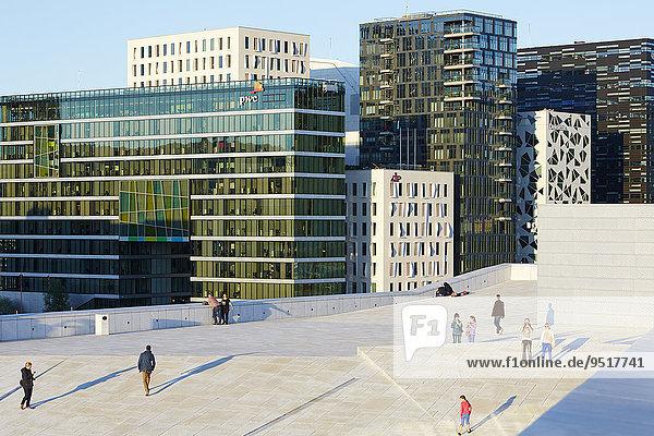 Menschen auf dem Dach der Oper  hinten Gebäudezeile Barcode Project  Oslo  Norwegen  Europa