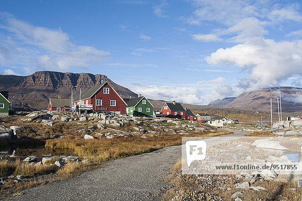 Holzhäuser  mit Bergen hinten  Qeqertarsuaq  Grönland