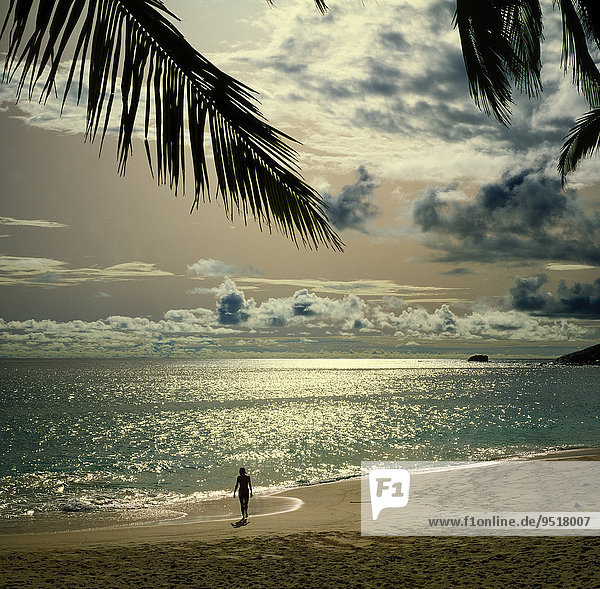 Frau am Strand  Anse Intendance  Mahe  Seychellen