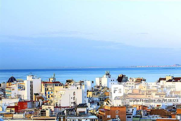 Stadtansicht von Benidorm mit Ausblick auf das Mittelmeer  Hotels  Apartments und Wohngebäude  Benidorm  Provinz Alicante  Costa Blanca  Spanien  Europa