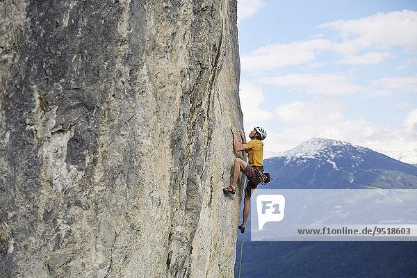 Freikletterer mit Helm klettert im Vorstieg an einer Felswand  Martinswand  Galerie  Innsbruck  Tirol  Österreich  Europa