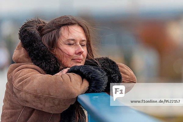 entfernt angelehnt Frau sehen warten Brücke Bonn Deutschland