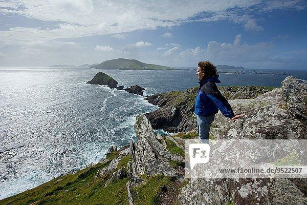 Mann Steilküste Insel hinaussehen Irland
