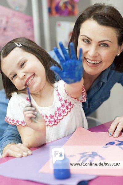 streichen streicht streichend anstreichen anstreichend jung Mädchen