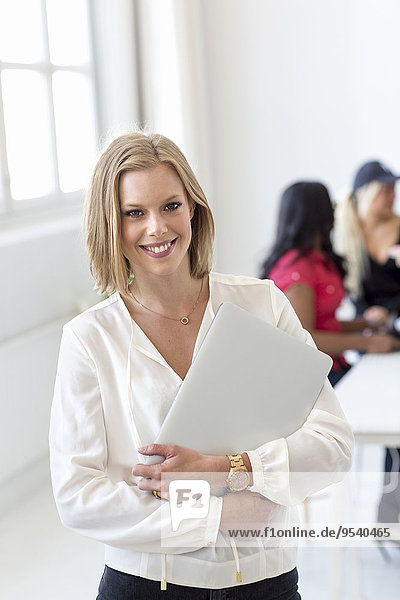 junge Frau junge Frauen lächeln Dokument