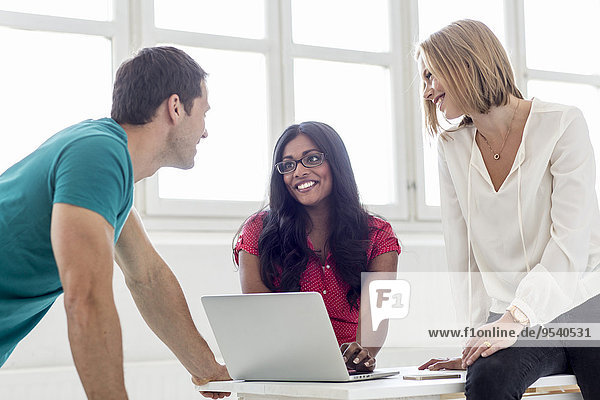 benutzen Mensch Notebook Menschen lächeln jung