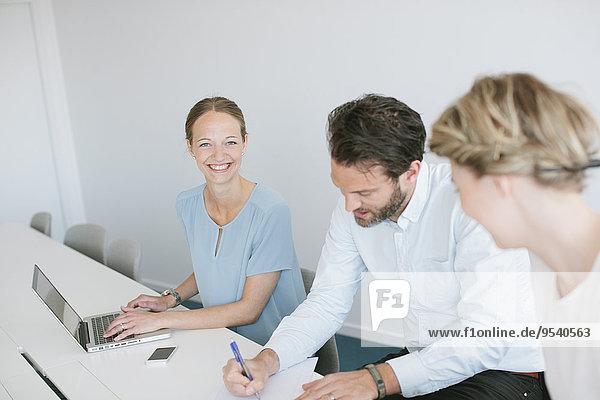 Mensch Menschen Zimmer arbeiten Besuch Treffen trifft
