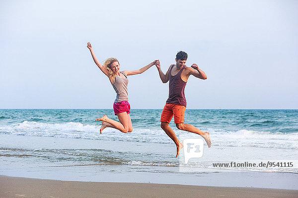 Strand springen jung