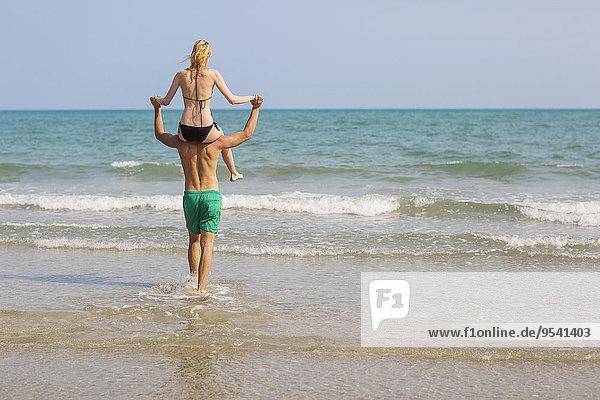 Frau Mann tragen Strand Menschliche Schulter Schultern