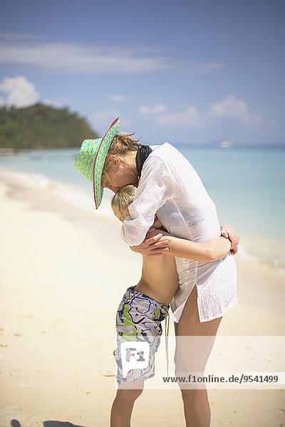 umarmen Strand Sohn Mutter - Mensch