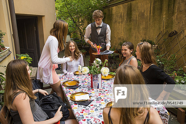Jugendlicher Gericht Mahlzeit Mädchen Innenhof Hof