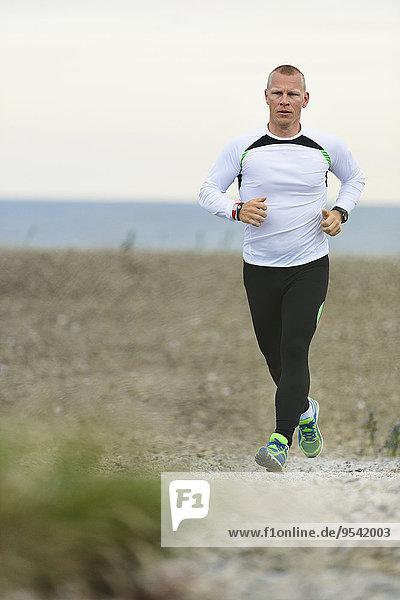 Mann rennen Küste jung