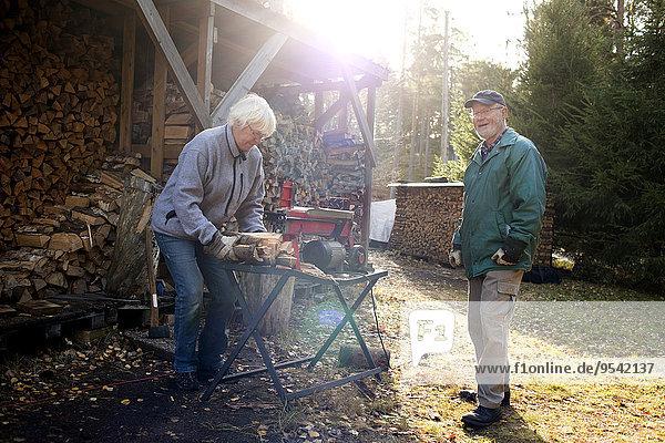Senior Senioren schneiden Holz