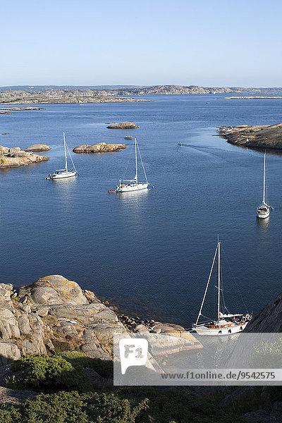 Segeln Felsen Küste Boot vertäut