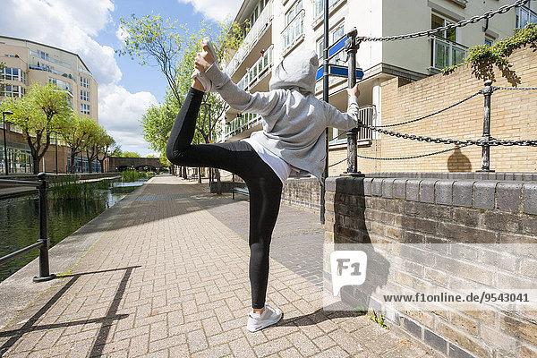 Frau Sport üben Weg strecken zeigen Rückansicht Ansicht Länge voll