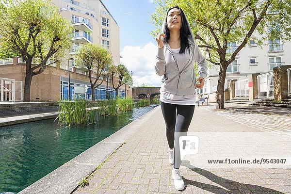 junge Frau junge Frauen Sport Gebäude rennen Länge voll