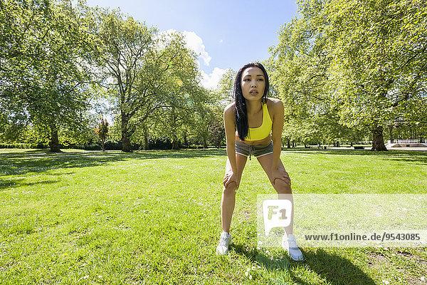 Frau Sport üben müde Pause Länge voll Pause machen