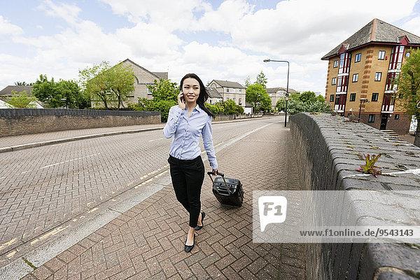 Handy Geschäftsfrau antworten gehen Weg Gepäck jung Länge voll