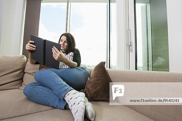 junge Frau junge Frauen Couch Buch Länge Taschenbuch voll vorlesen