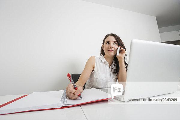 Handy Geschäftsfrau Schreibtisch antworten Schönheit schreiben Büro