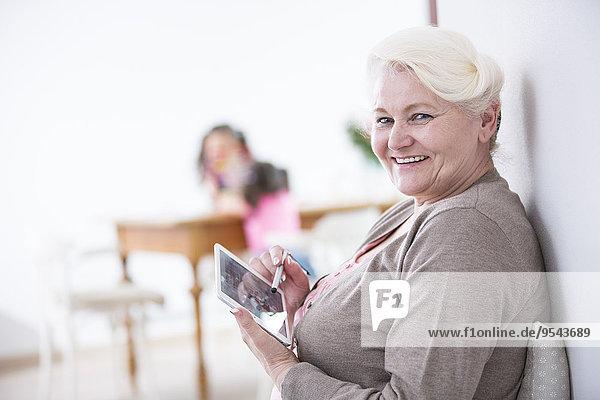 Interior zu Hause Senior Senioren benutzen Portrait Frau Fröhlichkeit Tablet PC Lifestyle