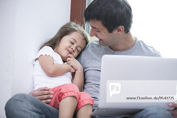 Interior zu Hause niedlich süß lieb benutzen Fröhlichkeit sehen Notebook Menschlicher Vater schlafen Tochter