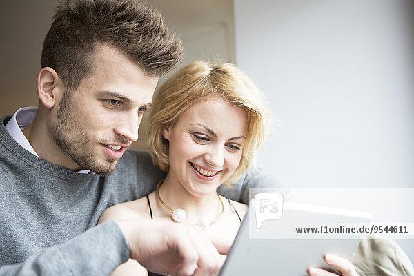 benutzen Fröhlichkeit Cafe jung Tablet PC