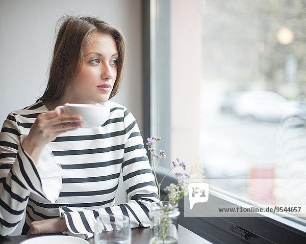 junge Frau junge Frauen Fenster Cafe trinken hinaussehen Kaffee Nachdenklichkeit
