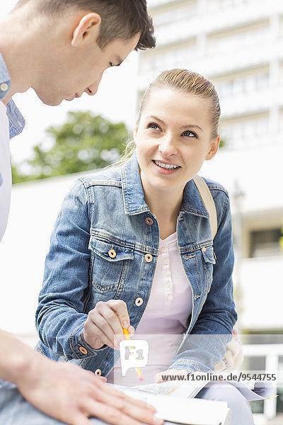 junge Frau junge Frauen Zusammenhalt lernen Campus Hochschule Freund