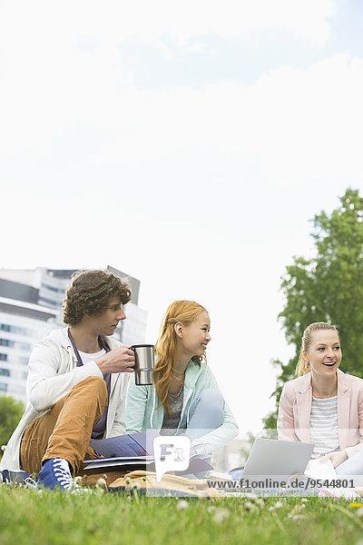 Mann Freundschaft lernen jung Campus Kaffee Hochschule