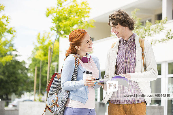 Zusammenhalt Fröhlichkeit lernen jung Campus Hochschule Mann und Frau
