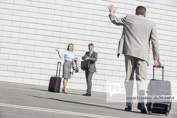 Geschäftsmann tragen Gepäck winken Rückansicht Ansicht Kollege