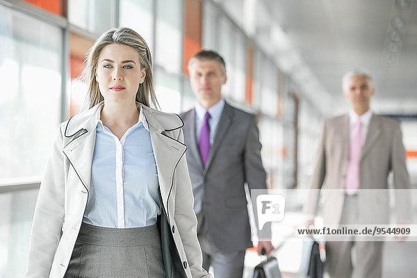 Geschäftsfrau Schönheit gehen Plattform Hintergrund jung Kollege Zug