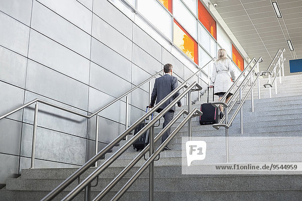 Geschäftsfrau Geschäftsmann Gepäck Bewegung Rückansicht Ansicht Obergeschoss Zug Haltestelle Haltepunkt Station