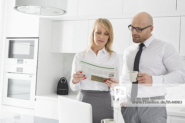 Küche Mittelpunkt Kaffee Erwachsener Business Zeitung vorlesen