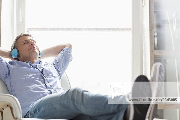 Ganzansicht Interior zu Hause Mann reifer Erwachsene reife Erwachsene zuhören Entspannung Musik Klassisches Konzert Klassik