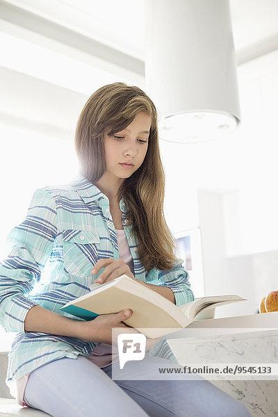 Interior zu Hause Buch Mädchen Taschenbuch vorlesen
