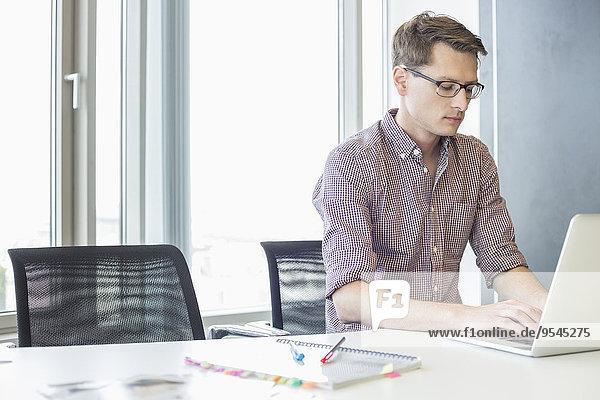 benutzen Schreibtisch Notebook Geschäftsmann Kreativität Büro
