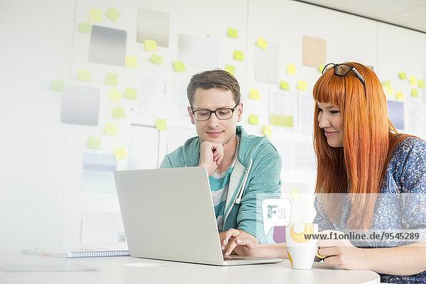 benutzen Schreibtisch Wirtschaftsperson Notebook Kreativität lächeln Büro