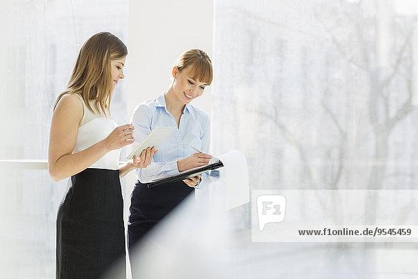Computer Geschäftsfrau Mappe lächeln arbeiten Büro Geländer Tablet PC