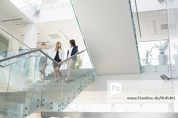 Stufe Geschäftsfrau unterhalten Büro Bewegung